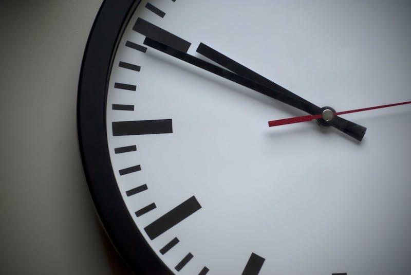 reloj, hora de envío emails