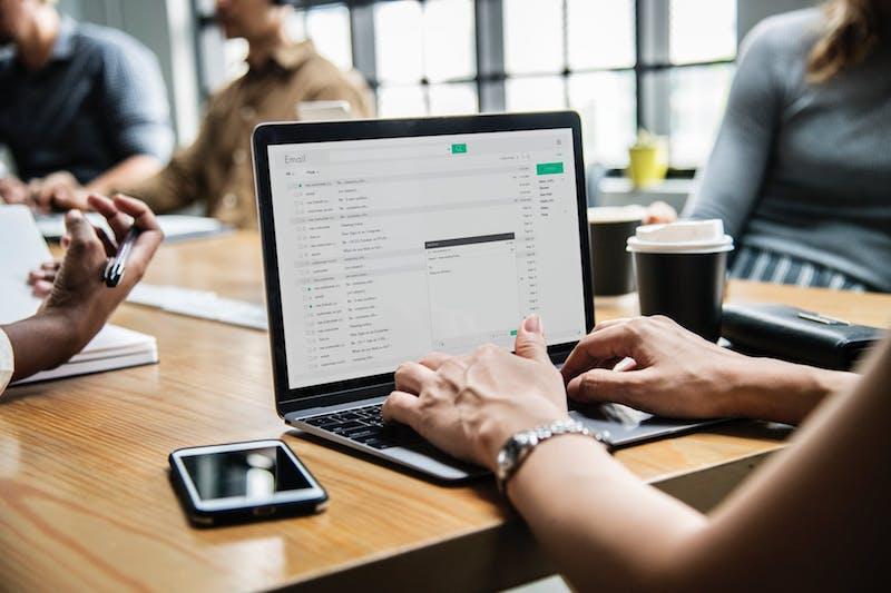 ¿Qué tiene que incluir por tanto un buen asunto de email?